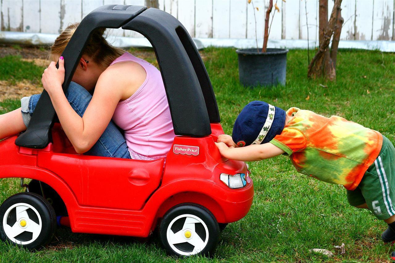 Een auto duwen is in het begin heel moeilijk